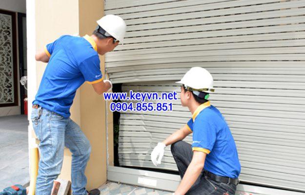 Thợ kỹ thuật kiểm tra tình trạng cửa